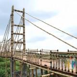 Jembatan bambu di lokasi Ekowisata Hutan Mangrove Wonorejo