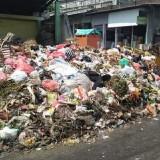 Tumpukan sampah di pasar Lawang di tengah perayaan Adipura (Ist)