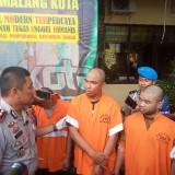 Oknum PNS Dishub yang ditangkap petugas (tengah) saat diinterogasi Kapolres Malang Kota, AKBP Asfuri. (Anggara Sudiongko/MalangTIMES)