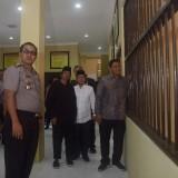 Walikota Kediri Abdullah Abu Bakar saat melihat gedung tahanan. (ist)