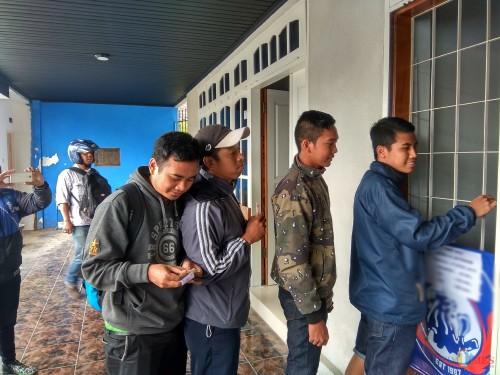 Beberapa Aremania yang membeli tiket di Kandang Singa (Hendra Saputra/ MalangTIMES)
