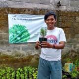 Fery menunjukkan tanaman herbal yang dia kembangkan.(Foto : Team BlitarTIMES)