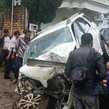 Kondisi mobil yang dikendarai Mistiah usai dievakuasi oleh warga.  (Foto: Nurlayla Ratri/MalangTIMES)