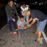 MH (34) tahun tak berkutik ketika ditangkap polisi dengan barang bukti narkotika jenis sabu (Foto : Moch. R. Abdul Fatah / Jatim TIMES)