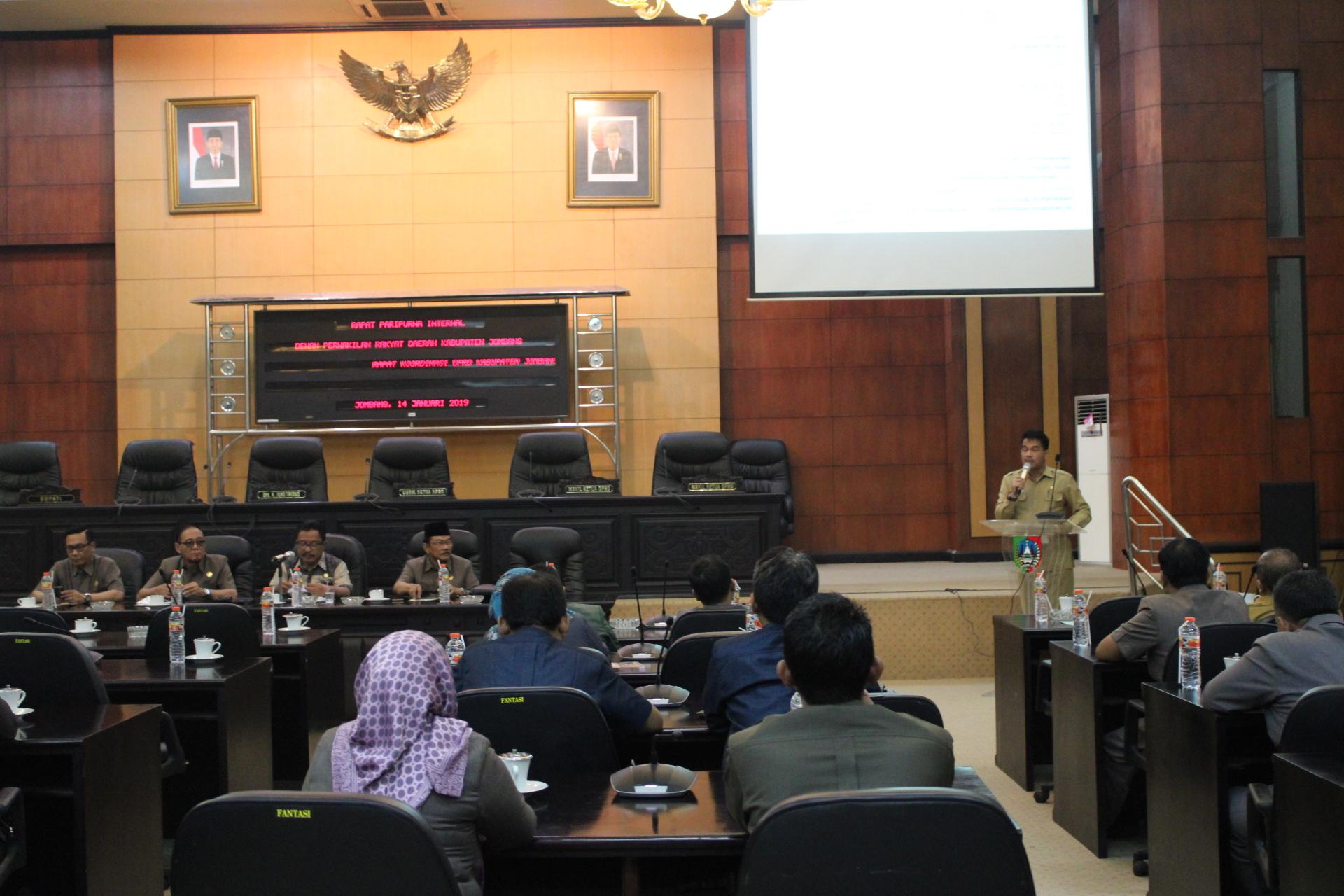 Kepala Bappeda Kabupaten Jombang Eksan Gunajati saat memaparkan soal pokok pikiran anggota DPRD di ruang paripurna DPRD Jombang. (Foto : Adi Rosul / JombangTIMES)