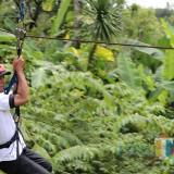 Salah satu jurnalis saat bermain flying fox (foto : Joko Pramono/Jatimtimes)0