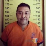 Tersangka Dimas Pria Perdana kini dijebloskan di balik jeruji besi rutan Mapolsek Kota Banyuwangi.