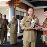 Wabup Malang HM. Sanusi (kanan) bersama Sekda Kabupaten Malang Didik Budi saat akan mengirab Piala Adipura. (Nana)