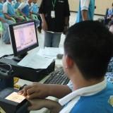 Salah satu penghuni Lapas Kelas IIB Jombang saat melakukan perekaman KTP-el di dalam lapas. (Foto : Adi Rosul / JombangTIMES)