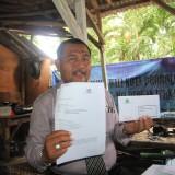 Supriyono, kuasa hukum Sahriya menunjukkan surat ppengaduannya yang siap dikirim  (Agus Salam/Jatim TIMES)