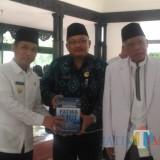 Bupati Lumajang menerima buku kumpulan Fatwa MUI dari Ketua MUI Lumajanang (Foto : Moch. R. Abdul Fatah / Jatim TIMES)