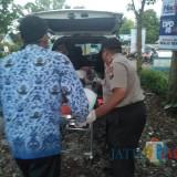 Endi, kakek asal Situbondo, yang dievakuasi dari Pos Kamling menuju Puskesmas (Foto : Moch. R. Abdul Fatah / Jatim TIMES)