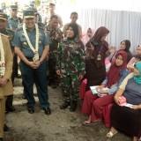 Bupati Jember dr Hj Faida MMR bersama dengan Komandan Lantamal V Surabaya Laksamana Pertama Edwin SH MHAN saat melihat warga peserta baksos. (foto : Moh. Ali Makrus / Jember TIMES)