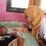 Salah satu pasien DBD saat diperiksa oleh dokter di RSUD dr Iskak Tulungagung. (foto : Joko Pramono/Jatimtimes)