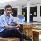 Nurudin MSi beserta bukunya Media Sosial: Agama Baru Masyarakat Milenial. (Logan/Humas)