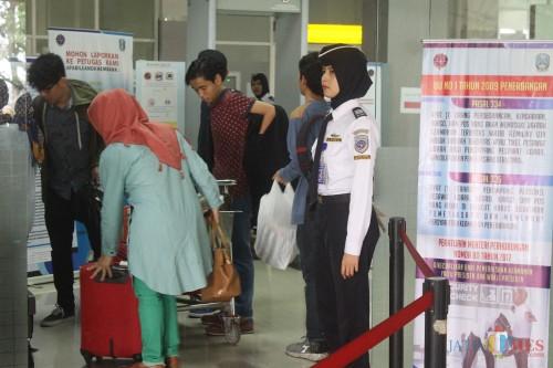 Ilustrasi, penumpang tengah mengecek barang bawaan sebelum masuk ke ruang tunggu Bandara Abd Saleh Malang. (Foto: Nurlayla Ratri/MalangTIMES)