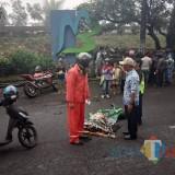 Petugas kepolisian saat mengevakuasi jazad korban tabrak lari, Kecamatan Lawang (Foto : Istimewa)