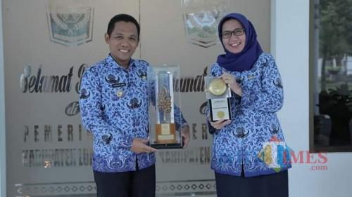 Piala Adipuran dan Penghargaan Nirwasita Tantra yang diraih Lumajang (Foto : Doc Pemkab / Jatim TIMES)