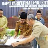 Proses penandatanganan Perda APBD Kota Malang 2019 oleh Wali Kota Malang Sutiaji di gedung DPRD Kota Malang, beberapa waktu lalu. (Foto: Dokumen MalangTIMES)