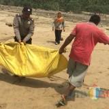 Saat mayat Mr X Di evakuasi petugas dari Pantai Dlodho Foto : Dokpol / TulungagungTIMES)