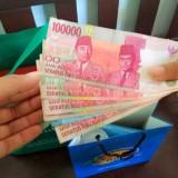 Transaksi tunai menggunakan uang pecahan besar. (Foto: Nurlayla Ratri/MalangTIMES)