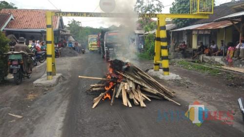 warga menutup jalan dengan cara membakar kayu dan ban bekas (Foto : Moch. R. Abdul Fatah / Jatim TlIMES)