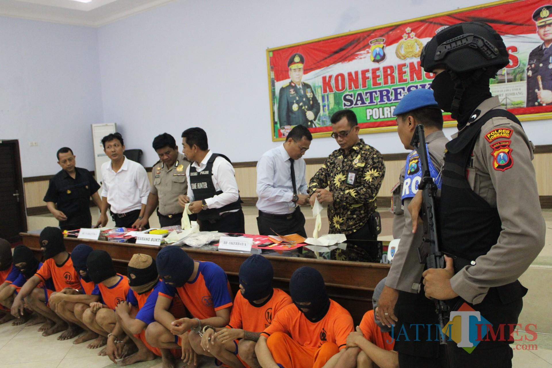 Puluhan pelaku penyalahgunaan narkotika saat diglandang anggota satreskoba pada pers rilis di Mapolres Jombang. (Foto : Adi Rosul / JombangTIMES)