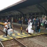 Penumpang kereta api tengah melintas untuk menuju peron keberangkatan di Stasiun Malang Kotabaru. (Foto: Nurlayla Ratri/MalangTIMES)