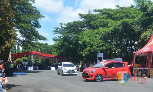 Dua mobil saling beradu drifting di Lapangan Rampal dalam rangkaian Deklarasi Millenial Road Safety Festival. (Foto: Nurlayla Ratri/MalangTIMES)