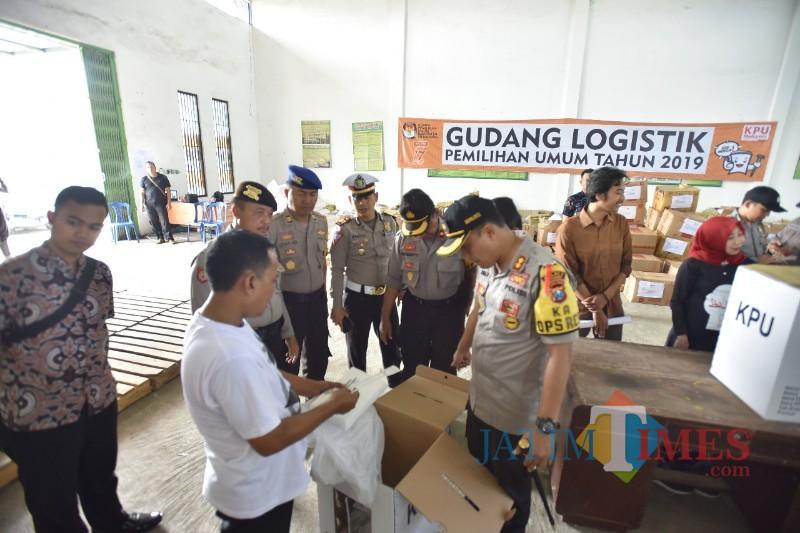 Kapolres Situbondo saat meninjau logistik pemilu di gudang KPU (Foto Sony Haryono / Situbondo TIMES)
