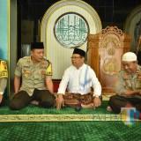 Kapolres Situbondo usai salat Jumat bersama Ustad Ali Maksum. (Foto Sony Haryono / Situbondo TIMES)
