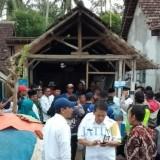Kepala DPKPCK Kabupaten Malang Wahyu Hidayat (kiri) bersama Sekda Kabupaten Malang Didik Budi di lokasi bedah rumah di Pagak. (Nana)