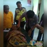 Petugas kepolisian beserta tim medis saat mengevakuasi jenazah korban gantung diri, Kecamatan Wonosari (Foto : Humas Polres Malang for MalangTIMES)
