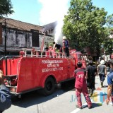 Petugas memadamkan api di RM Ramayana Blitar.(Foto : Team BlitarTIMES)