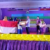 Salah satu perwakilan Tim Peneliti menerima penghargaan Excellence Award dan Karya Tulis Ilmiah Terbaik se Asia