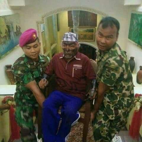 Wan Sehan/Habib Syaikhon ketika melumuri wajahnya dengan oli. (foto: dutaislam.com)
