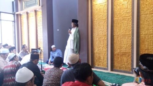 KH. Ahmad Muwafiq saat memberikan tausiah di masjib Polres Jember (foto : Moh. Ali Makrus / Jatim TIMES)