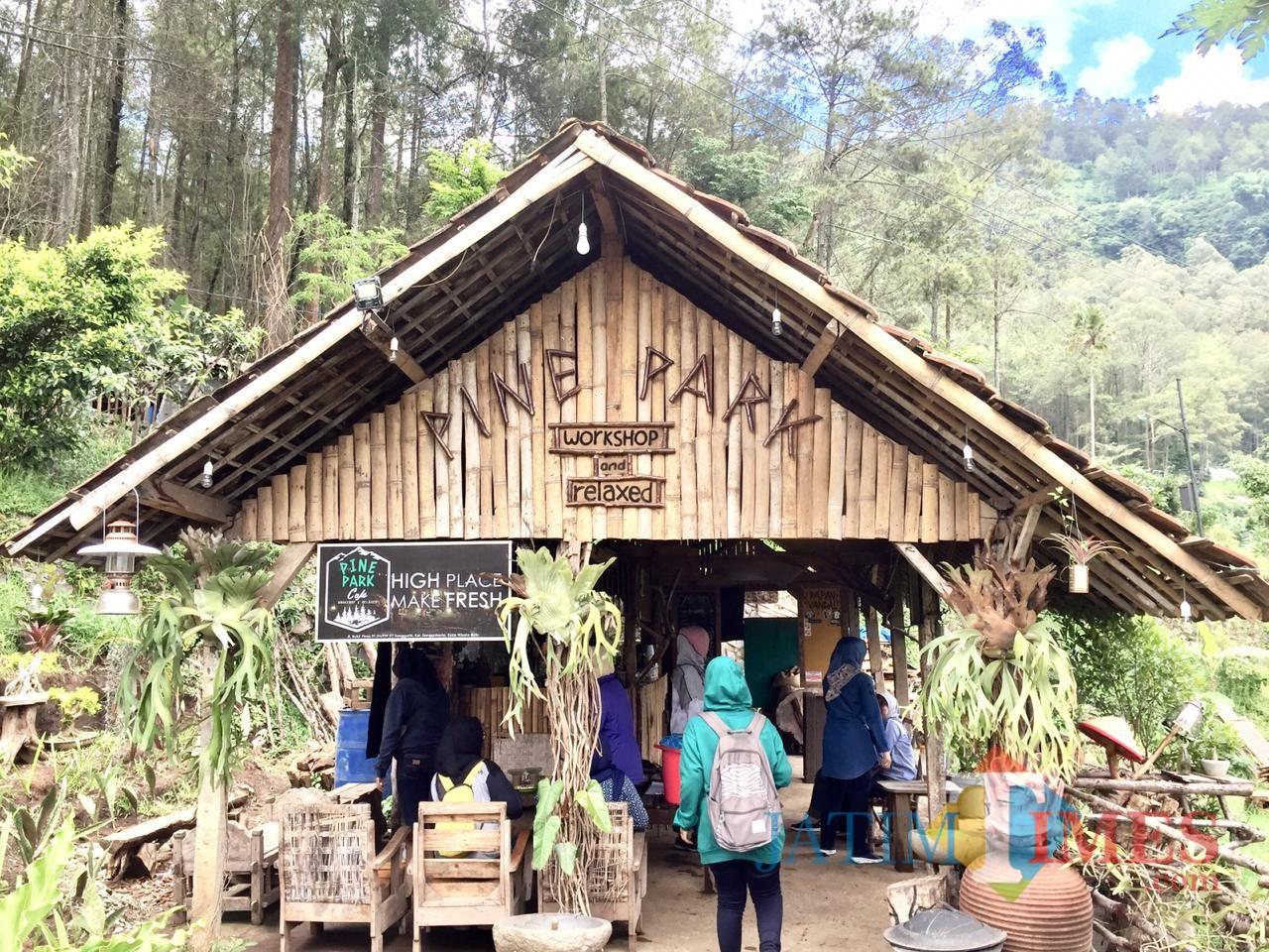 Salah satu fasilitas kafe di Pine Park Dusun Songgoriti Kelurahan Songgokerto Kecamatan Batu. (Foto: Irsya Richa/MalangTIMES)