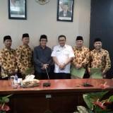 Wakil Bupati Jember bersama Ketua PMI Jember dan 4 pendonor foto bersama sebelum berangkat ke Jakarta