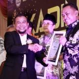 Kepala BPJS Ketenagakerjaan Kediri Agus Suprihadi (kanan) ketika menerima penghargaan sebagai mitra Kadin penggerak UMKM Kota Kediri. (Foto: B. Setioko/JatimTIMES)