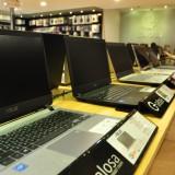 Laptop yang dipajang di toko komputer Calosa.