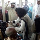 Syekha Maryam Al Sabah bersama keluarga Kerajaan Kuwait saat memeriksa mata pasien usai mengikuti operasi katarak (foto : Moh. Ali Makrus / Jatim TIMES)