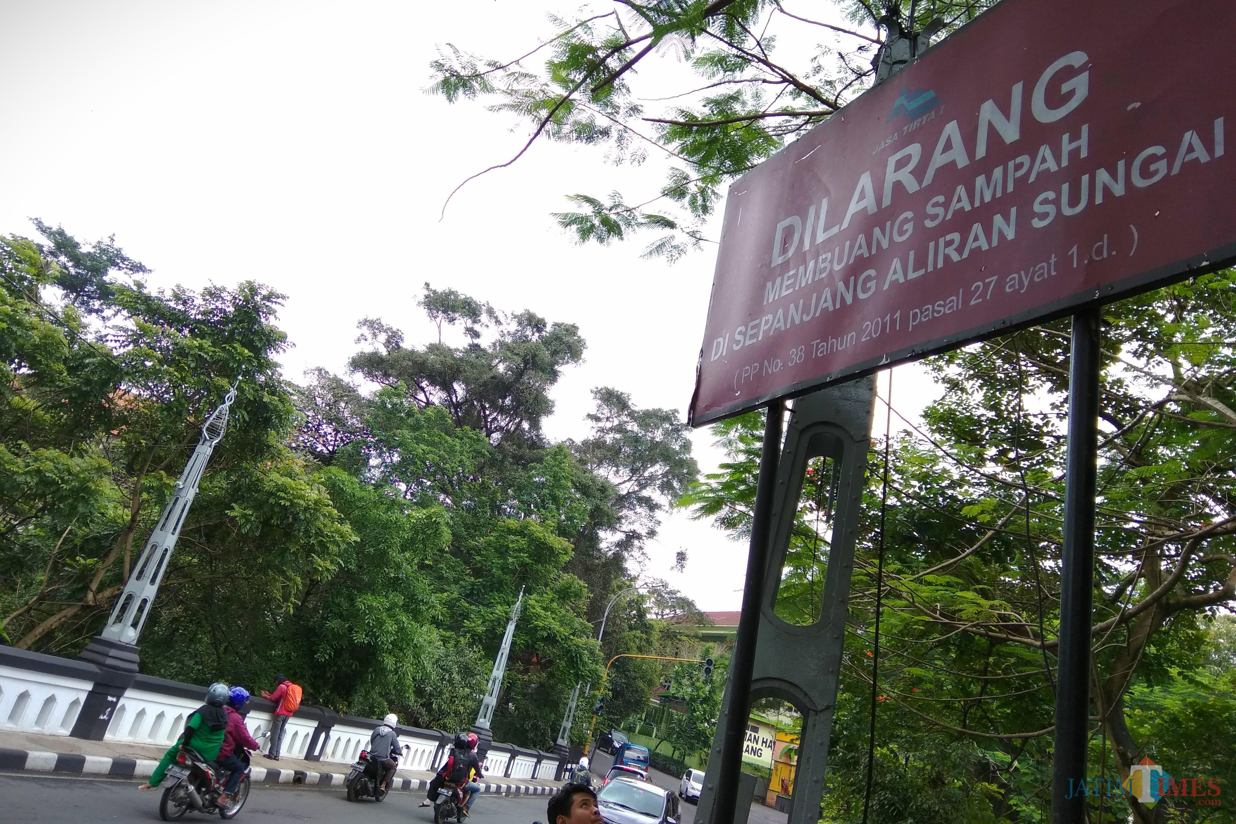 Papan pengumuman agar warga tidak membuang sampah sembarangan ke sungai di Kota Malang. (Foto: Nurlayla Ratri/MalangTIMES)