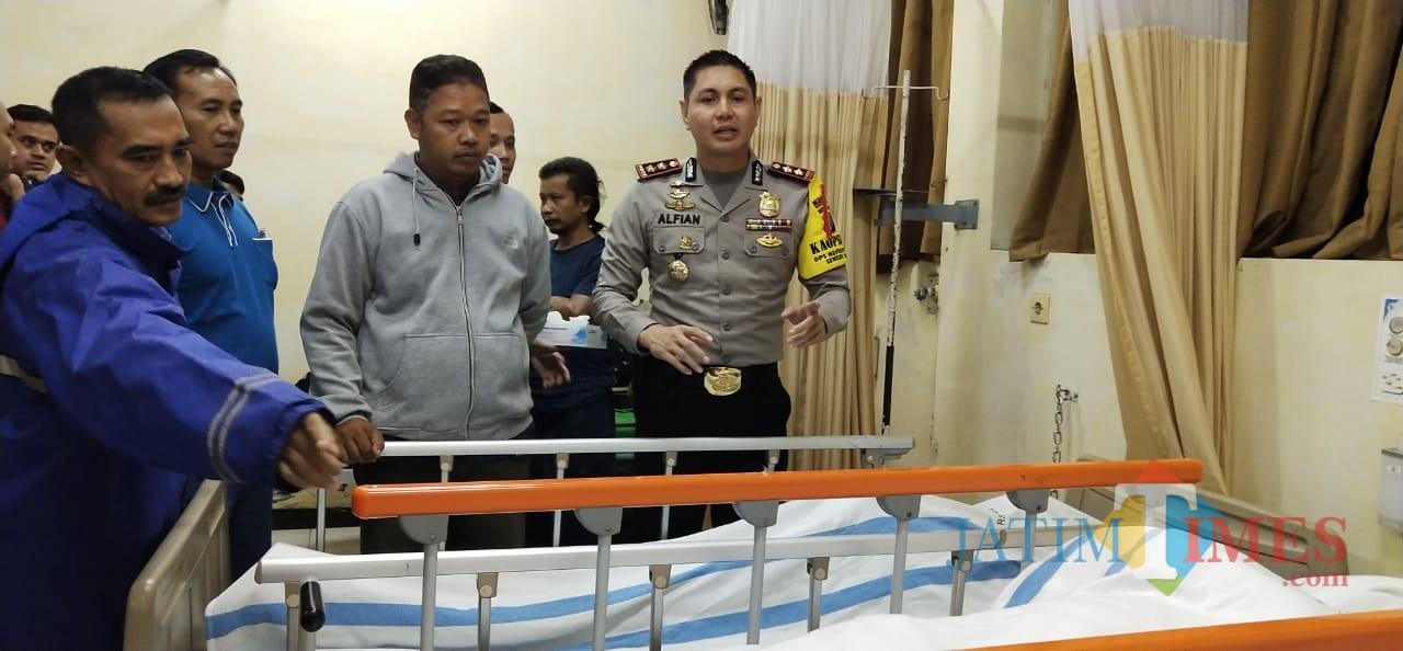 Kapolres Probolinggo Kota AKBP Alfian Nurrizal saat menjenguk korban di IGD RSUD dr Muhammad Saleh. (Agus Salam/Jatim TIMES)