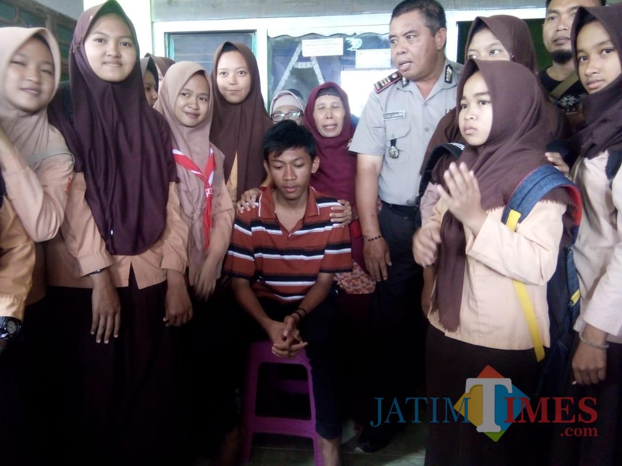 Muhammad Sodikin ketika dikunjungi teman-teman sekolahnya (Foto : Moch. R. Abdul Fatah / Jatim TIMES)