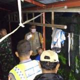 Petugas Mapolres Kediri ketika melakukan identifikasi terhadap jenazah.(Foto: Ist)