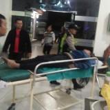 Petugas kepolisian ketika membawa korban ke rumah sakit terdekat. (Foto: Ist)