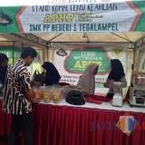 Beberapa pengunjung melihat produk - produk pangan di Stan SMK PP Negeri Tegal Ampel (Photo: BondowosoTIMES)