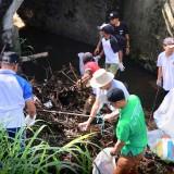 Para peserta sedang membersihkan sampah di area sungai Jalan Raya Beji, Desa Beji, Kecamatan Junrejo, Minggu (20/1/2019). (Foto: istimewa)