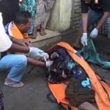 Polisi mengevakuasi korban pembunuhan.